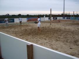 Panneaux de publicité, fabriqués à partir de plaques plastiques Paneltim, dans le cadre d'un tournoi de beach-tennis