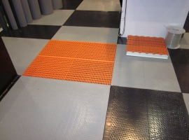Antiskid floor made from Paneltim plastic sandwich antiskid panels and slats